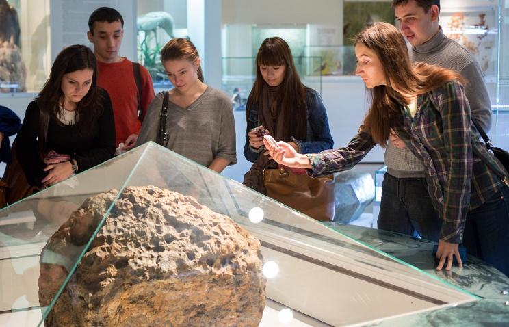 Метеорит 'Челябинск', поднятый со дна озера Чебаркуль, в краеведческом музее в Челябинске